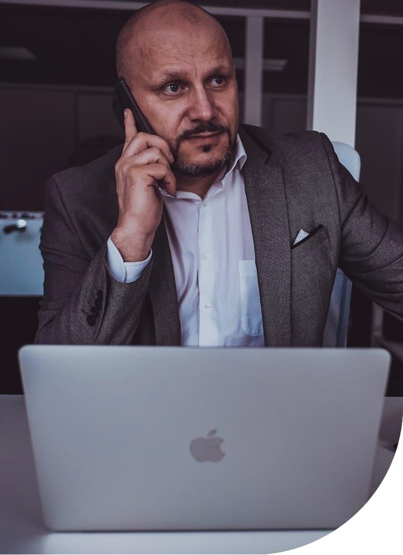 Roman Machník, realitní makléř, pozadí webu