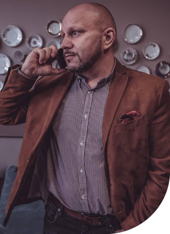 Roman Machník, realitní makléř, telefonující