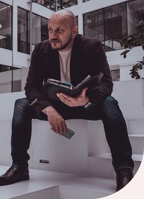 Roman Machník, realitní makléř, čte si poznámky