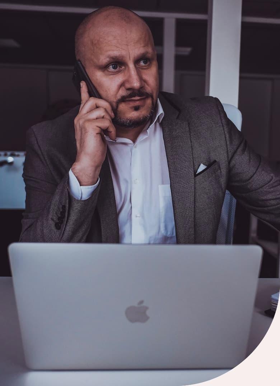 Roman Machník, realitní makléř, telefonuje