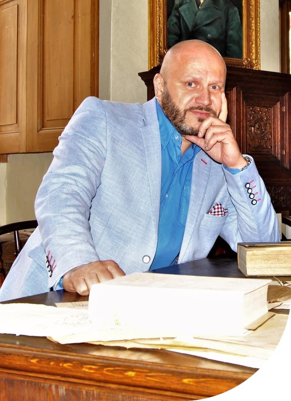 Roman Machník, realitní makléř, sedí a má ruku pod hlavou